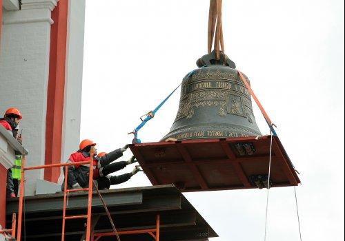 Подьем колоколов во время строительства колокольни.